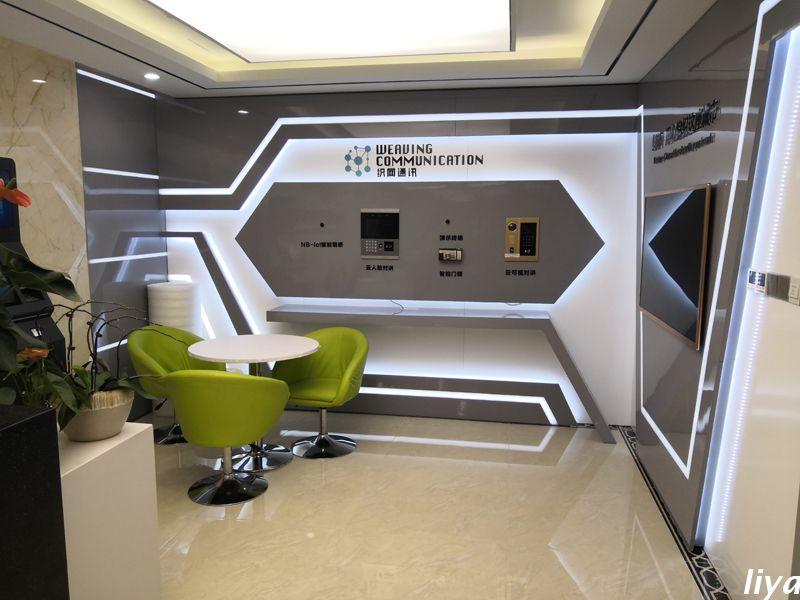 项目背景:广州织网通讯科技有限公司成立于于2015年,经营范围包括卫星通信技术的研究、开发等。本项目为企业形象墙设计装修,主要分为3个区域:形象墙、产品展区和互动区,展现织网的企业形象,公司实力,公司产品。 形象墙设计效果图:  前台形象墙:大理石墙面配合立体亚克力水晶字,提升整体质感;科技感线条造型,根据客户现场地形设计延伸感,线条感,科技感强的展厅形象,精准契合客户科技型公司的定位形象。  企业产品展示区:采用一层底板,一层亮面烤漆板,等流线型设计,白蓝两色灯带造型,定制活动式产品展板,方便客户更换及